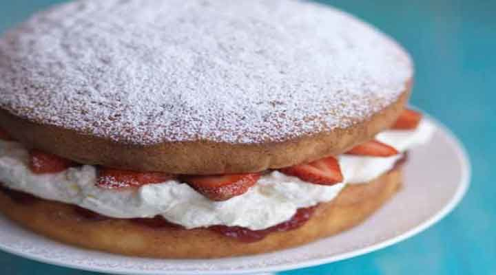 Victoria Sponge Cake Wiyh Real Strawberries